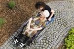 Altenpflegerin mit Dame im Rollstuhl