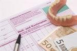 Heilkostenplan mit Geldscheinen und Zahnersatz